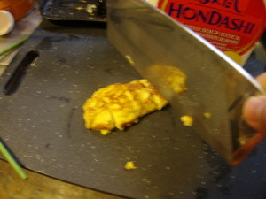 Cutting the tamagoyaki